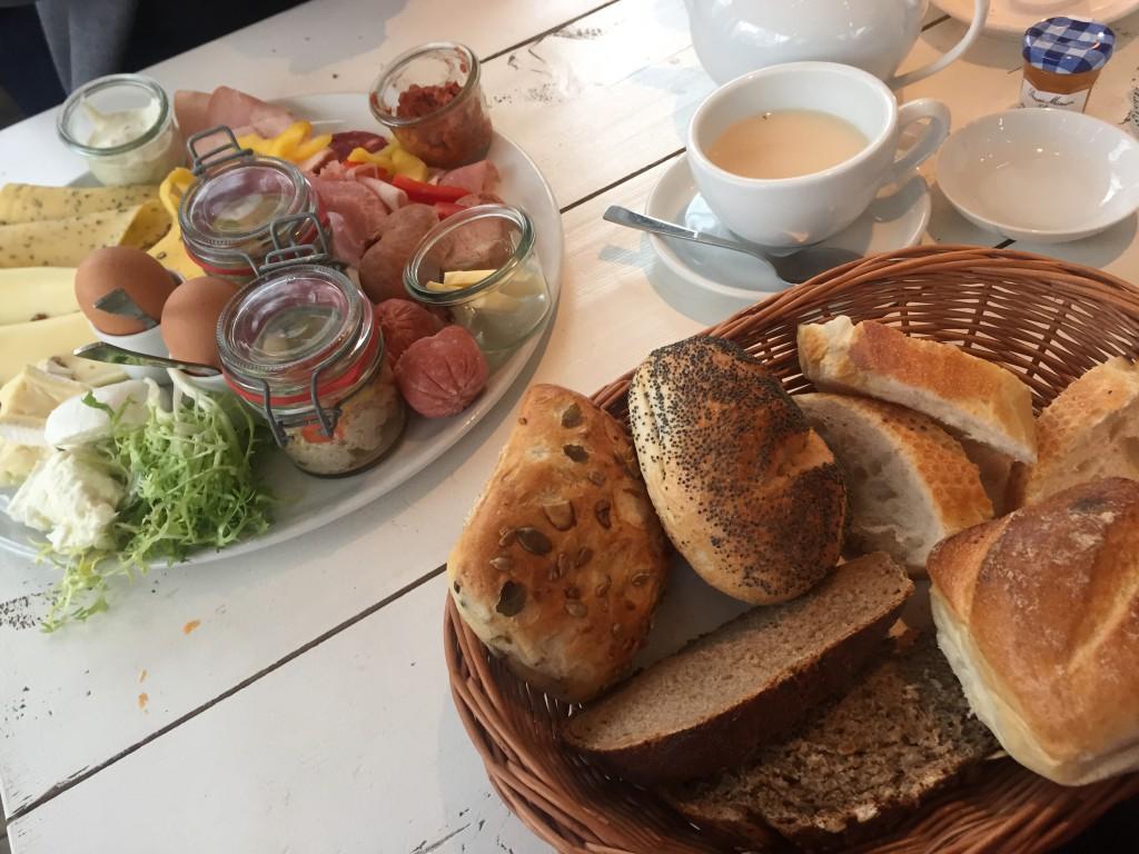 Frühstück im Café am Neuen See Berliner Tiergarten